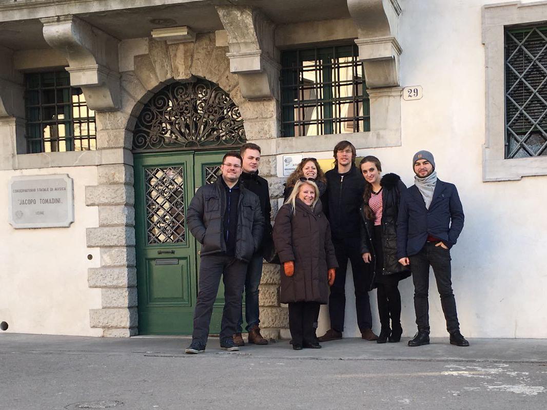 Vor dem Konservatorium in Udine
