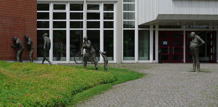 Haupteingang der Musikhochschule in Freiberg mit Skulpturen